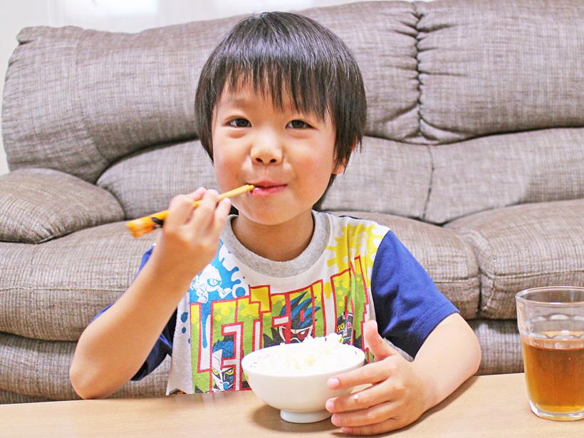 平田自然栽培米を食べる子ども